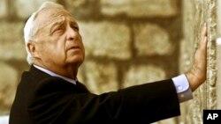 2001年2月7日以色列总理沙龙在耶路撒冷犹太教圣地,西墙(资料照片)