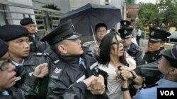 Seorang aktivis HAM melakukan protes di Hongkong (foto: dok). Keputusan Kementerian Kehakiman Tiongkok dikecam oleh aktivis dan pengacara HAM Tiongkok.