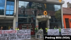 """Pripadnici građanskog protesta """"Odupri se"""" danas ispred Njemačeke amabasade u Podgorici (Foto: VOA/Predrag Milić)"""