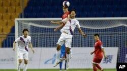 10일 중국 톈진에서 열린 동아시아경기대회 축구 경기에서, 한국 한상학 선수(가운데 흰색 경기복)와 북한 장국철(붉은색) 선수와 공중 볼을 다투고 있다.