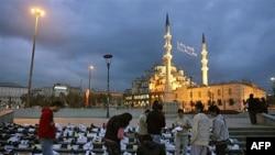 Стамбул. Турецкие мусульмане у одной из мечетей города. Архивное фото.