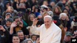 El Papa Francisco llega a la Basílica de San Pedro para su audiencia general de los miércoles. El Pontífice instó a los fieles a ayudar a las víctimas de las inundaciones en Latinoamérica y Gran Bretaña.