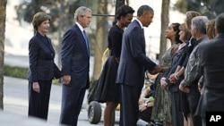在9/11恐怖袭击10周年之际,奥巴马总统和夫人米歇尔、前总统布什和夫人劳拉访问世贸大楼北塔原址,并和遇难者家属谈话