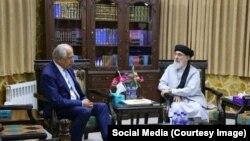 زلمی خلیلزاد، سفیر پیشین امریکا در کابل، با گلبدین حکمتیار، رهبر حزب اسلام در اقامتگاه اش