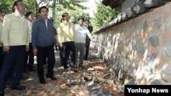 13일 오후 경주 한옥마을 지진피해 현장을 둘러보고 있는 황교안(왼쪽 두번째) 국무총리.