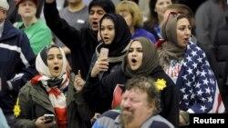Warga muda Muslim AS melakukan protes acara kampanye Donald Trump di Wichita, Kansas (5/3) lalu. Kandidat Capres Partai Republik Donald Trump menyerukan Muslim dilarang masuk ke Amerika.