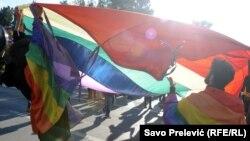 U susjednim državama, Srbiji i Crnoj Gori, već nekoliko godina se održavaju parade ponosa (Fotografija iz Podgorice, 2015)