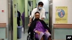 Ông Ken Tsang, nạn nhân của vụ đánh đập, cho báo chí thấy những vết sướt và vết bầm trên người của ông và nói rằng ông đang chuẩn bị để kiện chính quyền Hồng Kông.