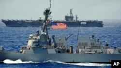 지난 2012년 실시한 '환태평양합동군사훈련, 림팩 (RIMPAC)'에서 미 해군 구축함 정훈 호와 항공모함 니미츠 호가 항해 중이다. (자료사진)
