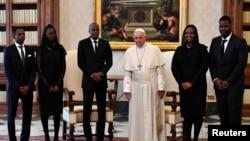 Pap Franswa ak Prezidan Jovenel Moise ak fanmi Prezidansyèl ayisyen ki poze pou yon foto nan Vatikan. 26 janvye 2018. REUTERS/Alberto Pizzoli/Pool.