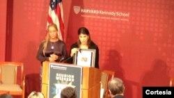 La hermana de Leopoldo López, Adriana López, habla durante la ceremonia de entrega del premio de exalumno sobresaliente en la Universidad de Harvard. La acompaña la esposa de López, Lilian Tintori.