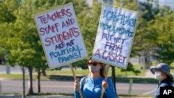 Một giáo viên biểu tình ngày 23/7/2020 yêu cầu áp dụng các biện pháp an toàn trước khi tái mở cửa trường học tại tiểu bang Utah.