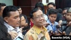 Menko Polhukam Mahfud MD saat tanya jawab dengan wartawan di Jakarta, Selasa, 5 November 2019. (Foto: VOA/Sasmito)