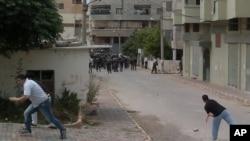 在利比亞民眾星期五向防暴警察投擲石塊