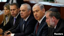 PM Israel Benjamin Netanyahu (kedua dari kanan) saat memimpin rapat kabinet mingguan di Yerusalem, Minggu (2/11).