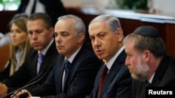 Israeli Prime Minister Benjamin Netanyahu (2nd R) sits with Cabinet Secretary Avichai Mandelblit (R) and Strategic Affairs Minister Yuval Steinitz (3rd R) during a weekly cabinet meeting in Jerusalem, Nov. 2, 2014.