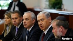 بنیامین نتانیاهو نخست وزیر اسرائیل (نفر دوم از راست) در نشست هفتگی کابینه در اورشلیم – ۱۱ آبان ۱۳۹۳
