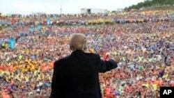 Tổng thống Donald Trump phát biểu trước đám đông tại cuộc Đại tập hợp Hướng đạo sinh Quốc gia 2017 ở Glen Jean, bang West Virginia, ngày 24 tháng 7, 2017.