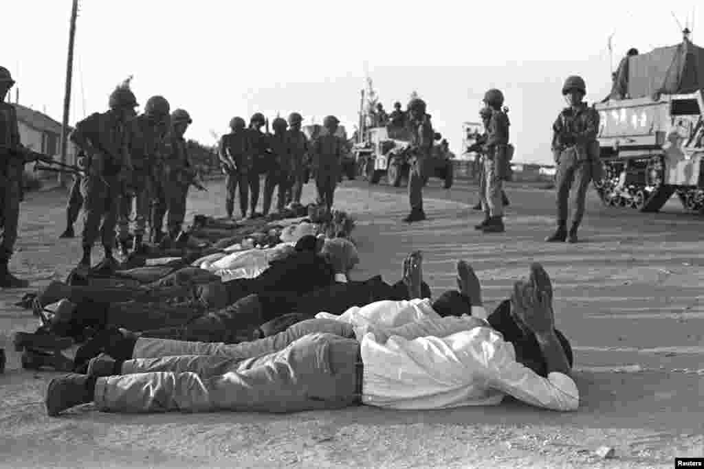 Isroillik zobitlar G'azoda asirlarni qo'riqlamoqda / Israeli soldiers stand guard over prisoners in Rafah in the southern Gaza Strip during the Middle East War, June 5, 1967.