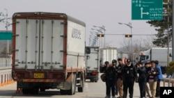 2013年4月3日,前往开城的韩国车辆被朝鲜拒绝入境后返回板门店附近韩国坡州的海关移民检疫关口