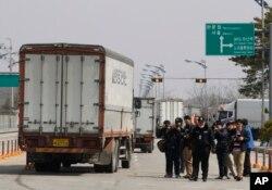 Xe cộ của Nam Triều Tiên quay trở lại sau khi bị từ chối nhập cảnh thành phố Kaesong của Bắc Triều Tiên ngày 3/4/2013.