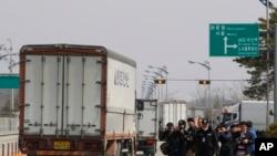 2013年4月3日,前往开城的韩国车辆被朝鲜拒绝入境后返回板门店附近韩国坡州的海关移民检疫关口。