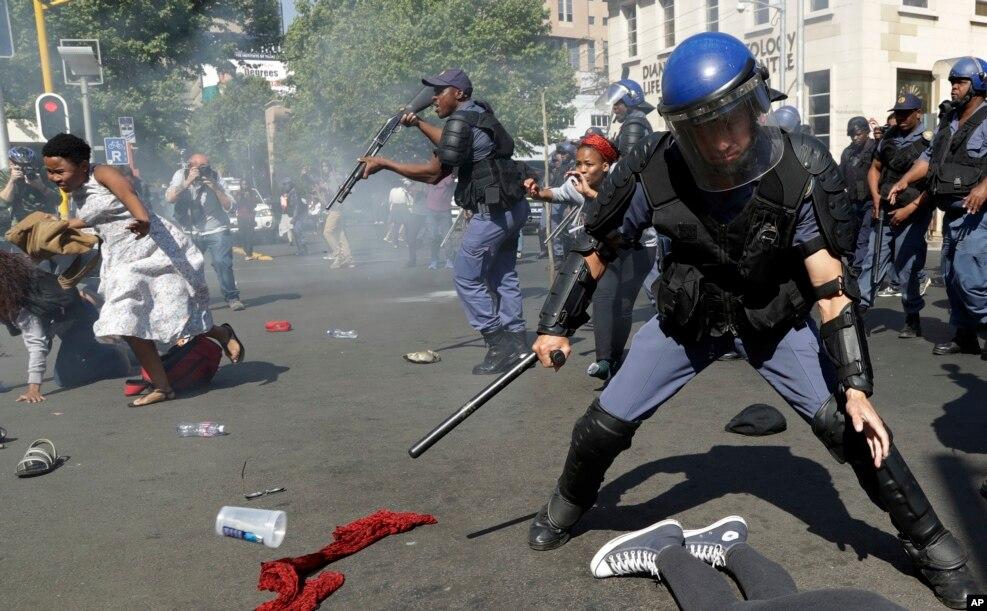 남아프리카 공화국 수도 요하네스버그에서 무상교육을 요구하는 학생들이 시위를 벌이는 도중, 경찰이 섬광 수류탄과 고무 총탄을 발사하며 해산을 시도하고 있다.