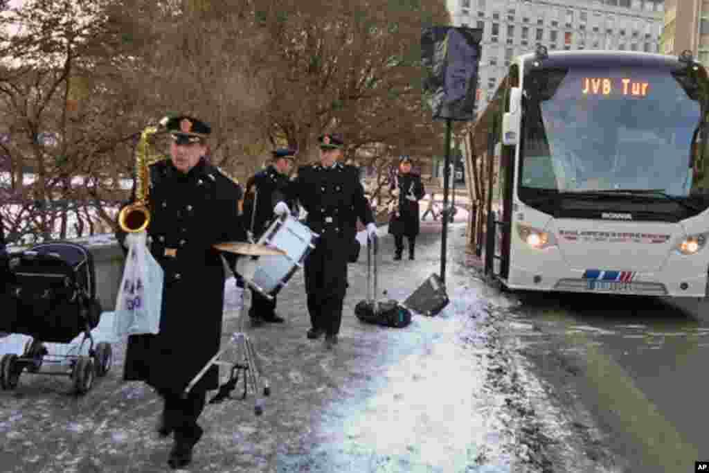 奥斯陆警察乐队下车前往会场,每年都由他们演奏