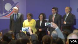 """4月15日,由美國前眾議院議長保羅·瑞安(Paul Ryan)率領的慶賀團與包括總統蔡英文在內的台灣官員一道,出席美國在台協會(AIT)舉行的""""台美40年友誼慶祝酒會""""。"""