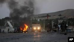 13일 탈레반의 공격이 벌어진 아프가니스탄 하라트의 미국 영사관 주변에서 공격에 쓰인 차량이 불타고 있다.