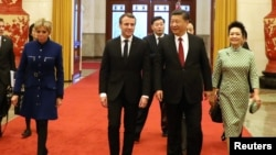 法国总统马克龙(左二)和夫人布丽吉特(左)在北京人大会堂与中国国家主席习近平(右二)和夫人彭丽媛(右)在北京人大会堂。 (2018年1月9日)