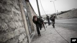지난 20일 시리아 알레포에서 정부군 저격수를 피해 이동 중인 반군들. (자료사진)