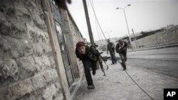 Borci Slobodne sirijske armije trče ka zaklonu bežeći od snajperske vatre u jednom delu severnog sirijskog grada Alepa