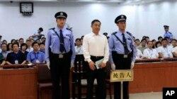 Ông Bạc Hy Lai bị còng tay và có cảnh sát đứng kèm khi ra tòa trong tỉnh Sơn Đông hôm 22/9/13
