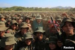 委內瑞拉總統尼古拉斯•馬杜羅在2019年5月4日訪問委內瑞拉一個軍事訓練中心期間 與軍人合影
