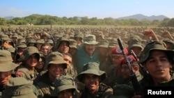 니콜라스 마두로 베네수엘라 대통령이 4일 군훈련소를 방문해 군인들과 사진을 찍으며 지지를 과시하고 있다.