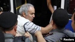 El campeón de ajedrez mundial, Gary Kasparov, durante su detención el pasado 17 de agosto. El exajedrecista participó en una protesta en el exterior de la corte moscovita contra la sentencia de prisión dirigida al grupo punk Pussy Riot.