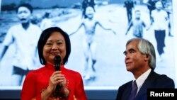 Bà Kim Phúc và phóng viên Nick Út đứng trước bức ảnh 'em bé naplam'.