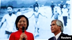 Bà Kim Phúc và phóng viên Nick Út đứng trước bức ảnh 'em bé naplam'