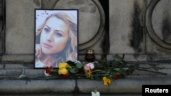 Cveće i sveće u znak sećanja na ubijenu novinarku Viktoriju Marinovu