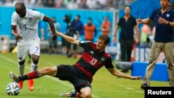 El jugador estadounidense DaMarcus Beasley se pelea la pelota con el alemánThomas Mueller durante el juego en el que perdió 1-0, pero igual la selección estadounidense pasa a la historia.