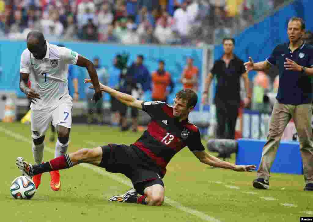 26일 열린 브라질 월드컵 G조 조별리그 독일과 미국의 경기에서 독일 토마스 뮐러(오른쪽)와 미국 다마커스 비슬리가 공을 다투고 있다.