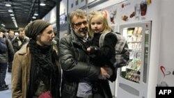 Hành khách đến sân bay Roissy Charles-de-Gaull ở Pháp sau khi được sơ tán từ thủ đô Tripoli, ngày 23/2/2011