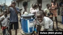 Anak-anak mengikuti training mencuci tangan di kota Clara Town, utara ibukota Monrovia, Libéria (foto: dok).