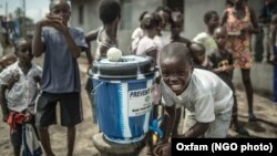 Training cuci tangan untuk anak-anak di Clara Town di Libéria untuk mencegah penularan wabah ebola yang dibiayai oleh Oxfam (foto: dok).