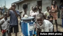 Niños se lavan las manos en prevención de adquirir el virus del eebola en Clara, un pueblo al norte de Monrovia.