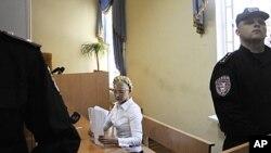 سابق وزیرِاعظم یولیا ٹیمو شینکو کمرہ عدالت میں