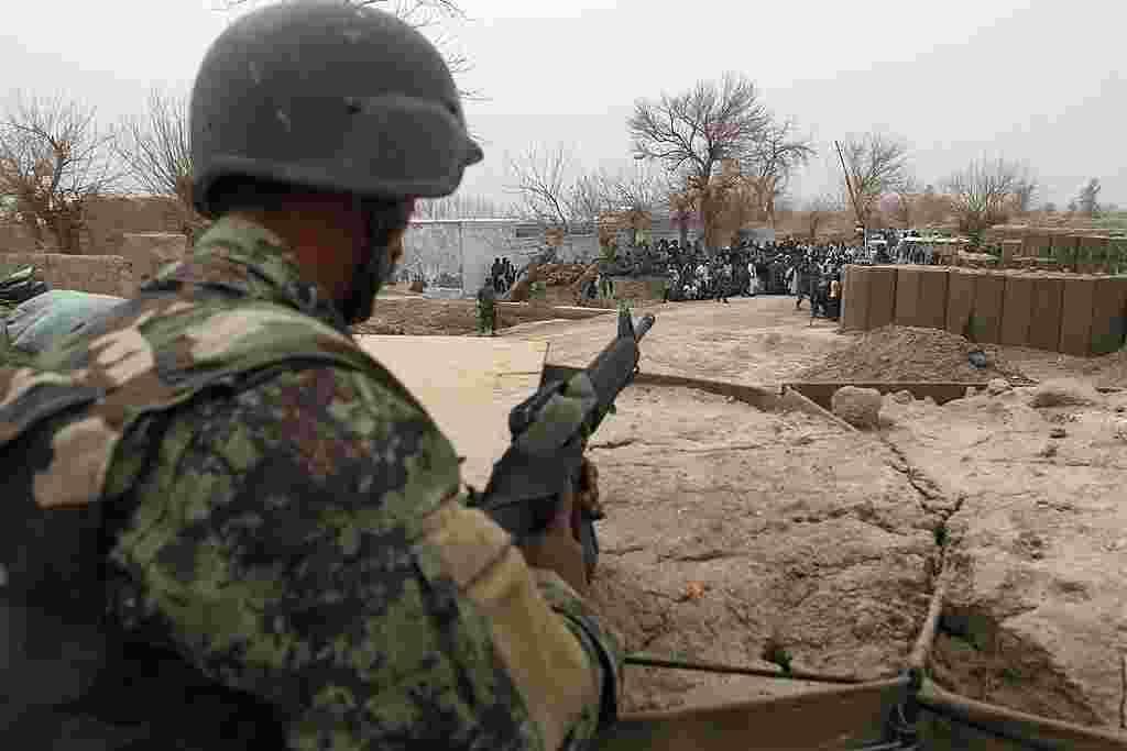 Un soldado del ejército nacional de Afganistán vigila la base estadounidense en el distrito de Panjwai.