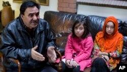 چین میں کاروبار کرنے والے میر امان اپنی بیٹیوں شکیلہ اور شہناز کے ساتھ اسلام آباد میں میڈیا سے بات کر رہے ہیں۔ ان کی مسلمان چینی بیوی کو چینی حکام نے نامعلوم اصلاحی کیمپ میں بھیج دیا ہے۔ اور رابطے کی اجازت نہیں دی جا رہی۔ 29 نومبر 2018