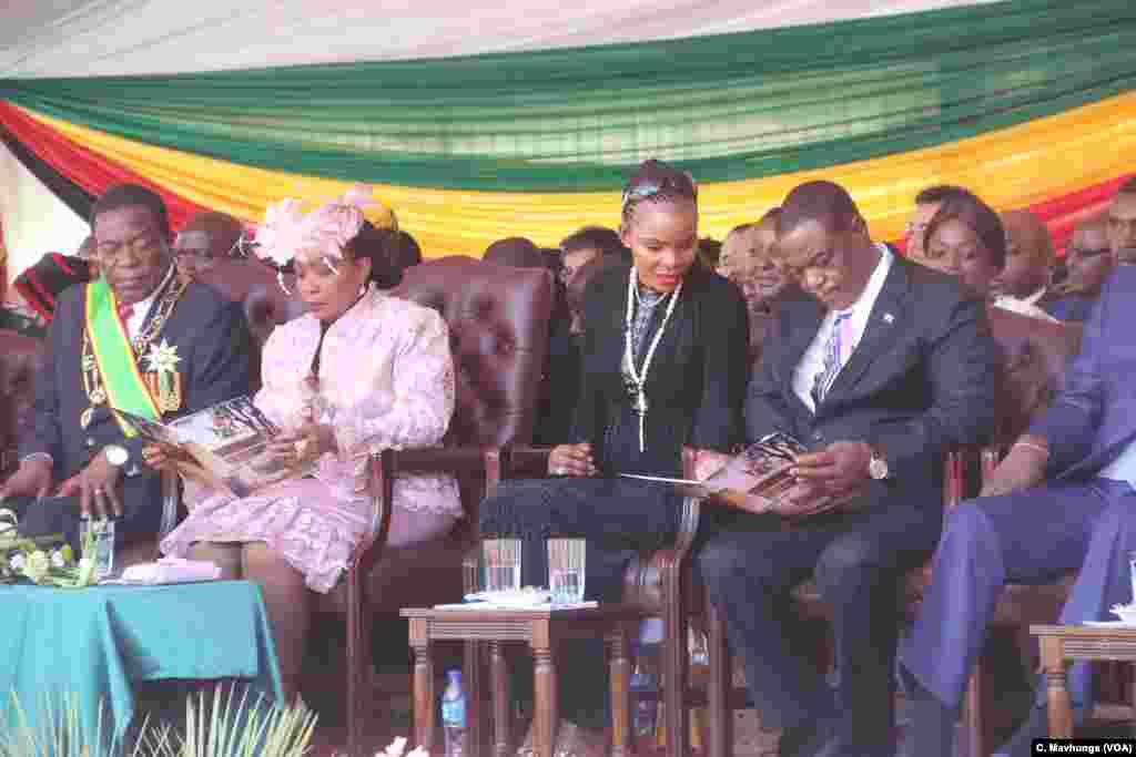 Perezida Emmerson Mnangagwa n'umutambukanyi wiwe Auxillia bari kumwe n'icegera ca mbere ca zimbabwe Constantino Chiwenga na madamu wiwe Mary mu birori vyo kurahira